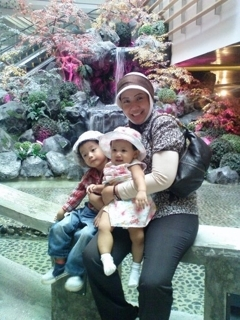 Facebook photo of Prita and her children from Ndoro Kakungs blog