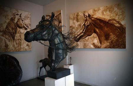 Patung kuda di kios seni, Pasar Chatuchak.