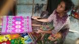 Penenun Sukarara menunjukkan hasil karyanya
