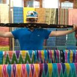 Ivan di depan aneka motif tenun Sukarara