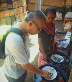 Turis lokal memilih batu akik di Sade.