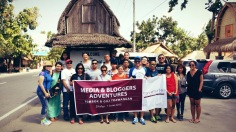 Para blogger dari Jakarta di depan pintu masuk Desa Sasak-Sade