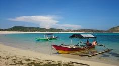 Pantai, perahu, dan laut di Tanjung Aan
